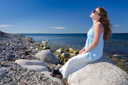 sunbath: Zonnebaden op Zweedse kust Stockfoto