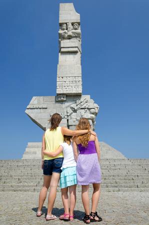 bewonderen: Familie genieten van de Westerplatte monument Stockfoto