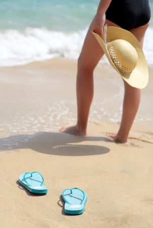 Vrouw op het strand in verticale weergave