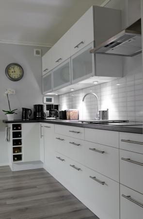 cuisine fond blanc: Vue de la cuisine moderne vertical blanc Banque d'images