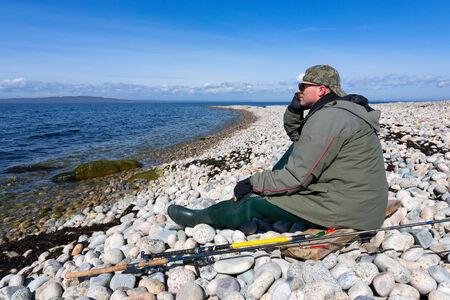 Visser genieten van prachtige Zweedse kust landschap Stockfoto