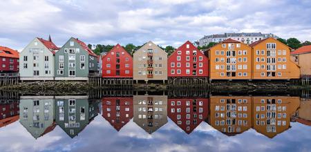 Panorama del verano del paisaje de la arquitectura de la ciudad de Trondheim Foto de archivo - 32337457