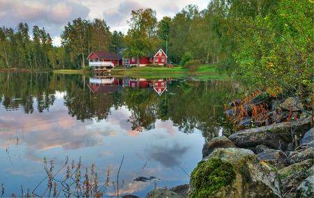 牧歌的なスウェーデンの湖の風景