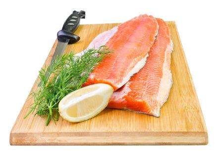 trucha: Rainbow filete de pescado de trucha con el cuchillo en un tablero de cocina