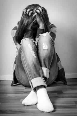 ragazza depressa: Ragazza depressa viso nascosto Archivio Fotografico