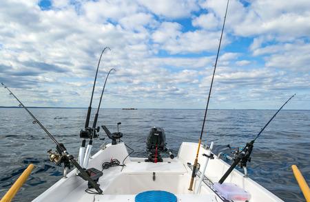 小さなボートからサーモンのバルチック海釣り 写真素材