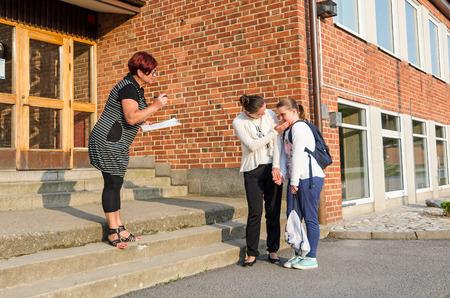 avergonzado: Muchacha avergonzada en primer d�a de la escuela