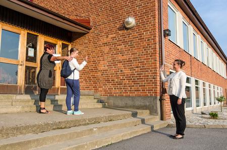 personas saludando: Agitando adiós en el primer día de clases Foto de archivo