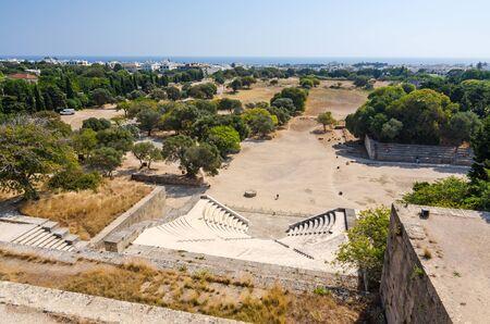 teatro antiguo: Vista panor�mica sobre el antiguo teatro y el estadio de Rodas Foto de archivo