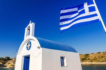 templo griego: templo griego con el indicador Foto de archivo