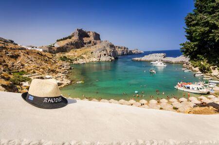 chapeau paille: Rhodes chapeau de paille sur la c�te de la mer Banque d'images