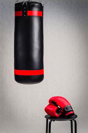 patada: Boxeo establecido en fondo gris