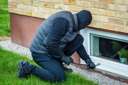 delincuencia: Ventana de la casa lado robo Foto de archivo
