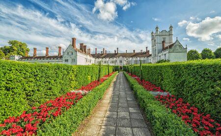 Hermosos jardines en la entrada a Dansfield House Foto de archivo