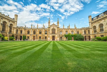 CAMBRIDGE, REINO UNIDO - 11 DE JULIO DE 2016: Corpus Christi College en la opinión del verano. La universidad se estableció en 1352, por lo que es la sexta universidad más antigua de Cambridge.