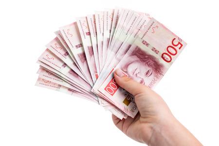Hand met 500 kroon Zweedse rekeningen