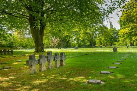 La cambe, Francja-5 maja 2019: Niemiecki cmentarz wojskowy w pobliżu wioski La Cambe France. Dla upamiętnienia 21160 żołnierzy niemieckich, którzy zginęli podczas II wojny światowej w rejonie Normandii. Publikacyjne