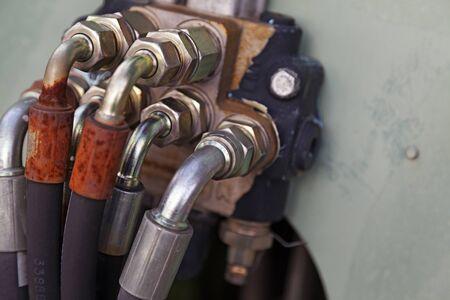 für die Hydraulik werden mehrere Schläuche mit silberfarbenen Schrauben verwendet Standard-Bild