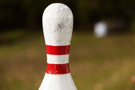 upper part of a bowling pin with blurred green background Banque d'images