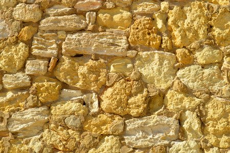 irregular shapes: Las formas irregulares de un muro de piedra arenisca en Portugal