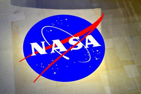 Cape Canavera, Florida, USA - 6 mei 2015: NASA insigne gedrukt op de buitenkant van de Space Shuttle tegels