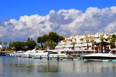 vilamoura: Vilamoura, Algarve, Portugal - October 26, 2015: Luxury yachts in Vilamoura Marina