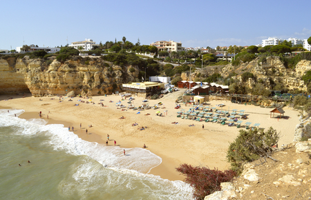 Senhora da Rocha, Algarve, Portugal - October 2, 2014: Tourists on Senhora da Rocha beach fishing village 版權商用圖片