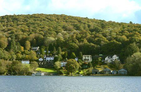 Casas junto al lago en el extremo sur del lago Windermere, el lago natural más grande de Inglaterra