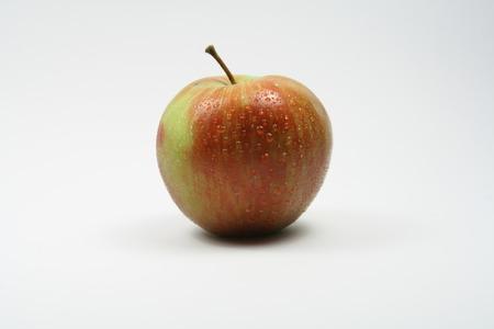 Bio Apfel mit Wassertropfen