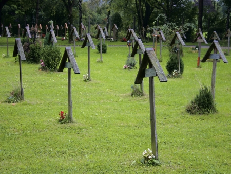 mortician: An array of wooden grave crosses for those who have died impoverished  Stock Photo