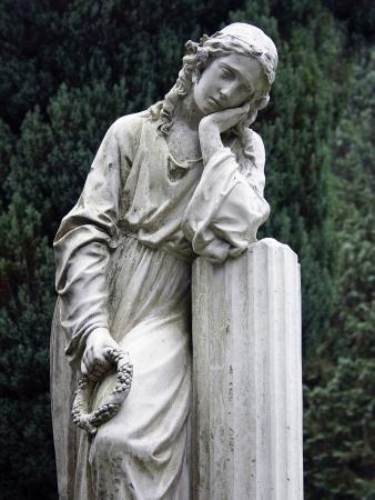 lamentation: Statua di pietra di una giovane donna in lutto