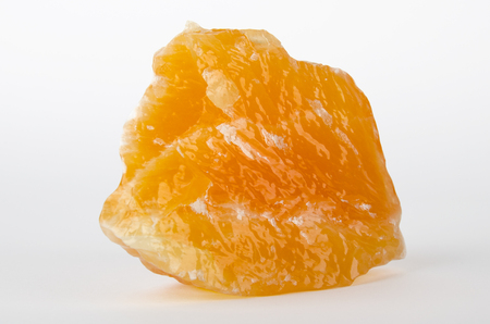 calcium carbonate: Giallo e arancio calcite, che si trova in Messico su sfondo bianco - un minerale di carbonato e polimorfo di carbonato di calcio, CaCO3 Archivio Fotografico
