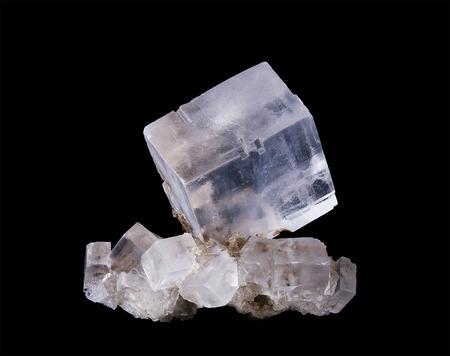 Halite kristal cluster vooraanzicht op zwarte achtergrond, Algemeen bekend als steenzout, de minerale vorm van natriumchloride, NaCl. Kleurloos en witte blokjes.