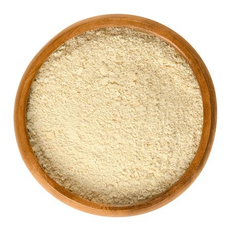 효모 건조 효모로 만든 나무 보 울의 영양 효모 플레이크. 조리법의 재료 또는 조미료로 사용되는 식품. 격리 된 매크로 음식 사진 위에 흰색 위에서 닫