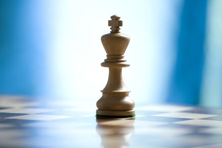king on a chess board with copy space Banque d'images