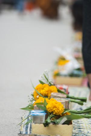 limosna: Monjes Tailandia recogiendo limosnas al amanecer