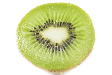 kiwi fruta: Juicy kiwi sobre fondo blanco
