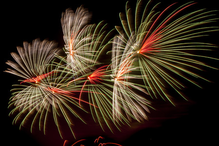 Bunte Feuerwerk auf einem Himmelshintergrund. Standard-Bild - 38396315