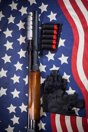 fusil de chasse: Shotgun fond de drapeau am�ricain.