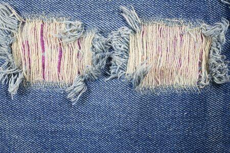 in jeans: Detalle rasgada antiguo fondo de blue jeans.