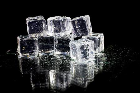 ice crushed: ijsblokjes op zwarte achtergrond.