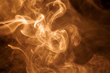 fumo oro Movimento su sfondo nero. Archivio Fotografico