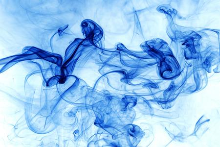 Movimiento Humo azul sobre fondo blanco.