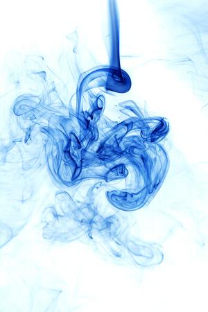 Mouvement de la fumée bleue sur fond blanc. Banque d'images - 50446963