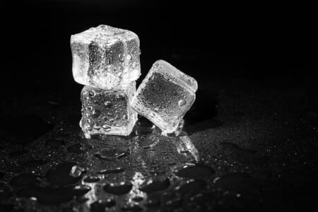 ice cubes on black table background. Banque d'images - 131780517