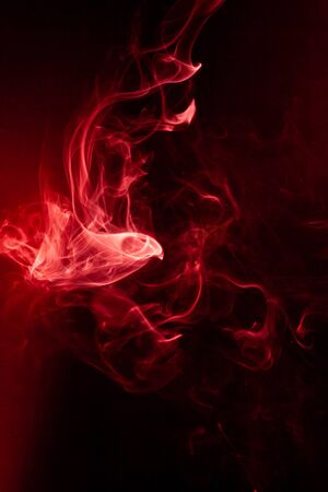 Czerwony dym ruch na czarnym tle.