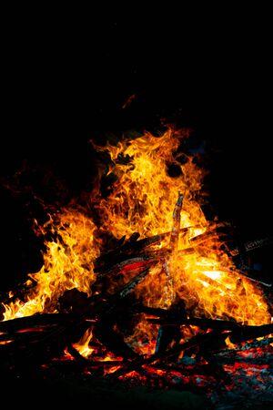 Bonfire that burns on a dark background, wood burning flame. Banque d'images