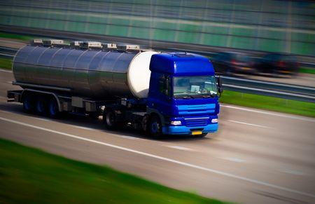Tanker LKW auf der Autobahn. Bewegungsunschärfe  Standard-Bild - 4046738