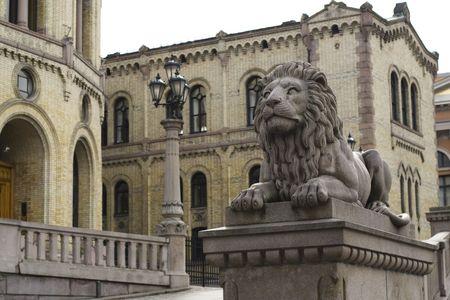 Skulptur von der Lion mit dem norwegischen Parlament Gebäude im Hintergrund. Oslo-Stadt  Standard-Bild - 4943261
