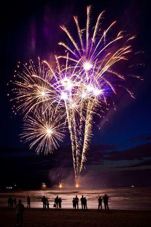 Zuschauer stehen am Strand und Blick auf Feuerwerk Standard-Bild - 5414173